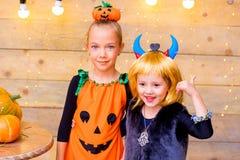 Groupe heureux d'enfants pendant la partie de Halloween Images libres de droits