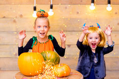 Groupe heureux d'enfants pendant la partie de Halloween Image libre de droits