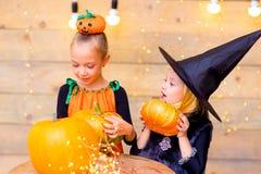 Groupe heureux d'enfants pendant la partie de Halloween Photographie stock
