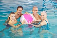 Groupe heureux dans la piscine Photos libres de droits