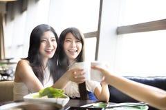 Groupe heureux de amie grillant et mangeant Photo stock