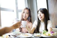Groupe heureux de amie grillant et mangeant Photographie stock libre de droits