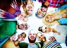 Groupe heureux de concept de pièce d'amis images stock
