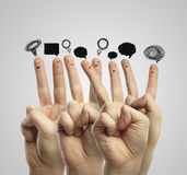 Groupe heureux de doigt avec le signe social de causerie Photo libre de droits