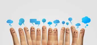 Groupe heureux de doigt avec le signe social de causerie Image libre de droits