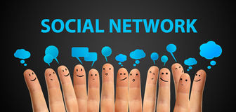 Groupe heureux de doigt avec le signe social de causerie Photos libres de droits