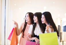 Groupe heureux de femme tenant des paniers Image stock