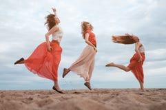 Groupe heureux de femmes ayant l'amusement dehors Image libre de droits
