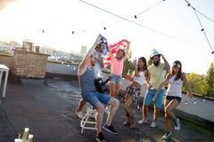 Groupe heureux de jeunes amis ayant l'amusement en été photo stock