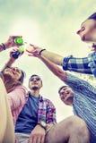 Groupe heureux de jeunes amis grillant avec de la bière Photos stock
