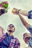 Groupe heureux de jeunes amis grillant avec de la bière Images libres de droits