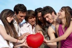 Groupe heureux de jeunes types et filles Image libre de droits