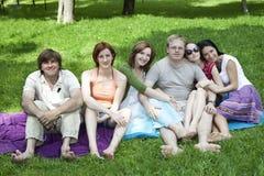 Groupe heureux de se reposer d'amis Images stock