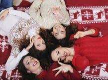 Groupe heureux de sourire d'amie pendant la nouvelle année Image libre de droits