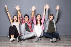 Groupe heureux de sourire d'amis et d'heureux augmenté de mains sortis Photos libres de droits