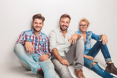 Groupe heureux des hommes riant pour l'appareil-photo tout en se reposant Images libres de droits