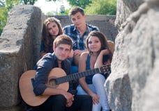 Groupe heureux des jeunes à l'extérieur Photographie stock