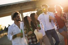 Groupe heureux des jeunes ayant l'amusement sur la plage Photos stock