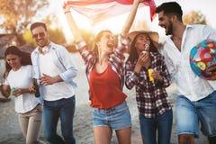 Groupe heureux des jeunes ayant l'amusement sur la plage Images stock
