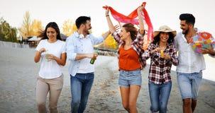 Groupe heureux des jeunes ayant l'amusement sur la plage Image stock