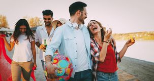 Groupe heureux des jeunes ayant l'amusement sur la plage Images libres de droits