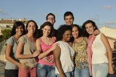 Groupe heureux et divers à l'extérieur Photographie stock libre de droits