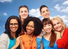 Groupe international d'étreindre heureux de femmes Photographie stock libre de droits