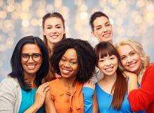 Groupe international d'étreindre heureux de femmes Photographie stock