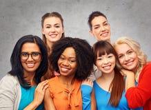 Groupe international d'étreindre heureux de femmes Photos stock