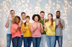 Groupe international d'applaudissements heureux de personnes Photos libres de droits