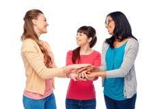 Groupe international de femmes avec des mains ensemble Images libres de droits