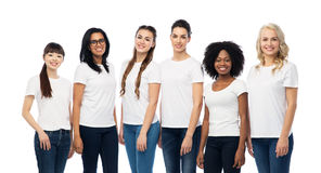 Groupe international de femmes dans des T-shirts blancs Photos libres de droits