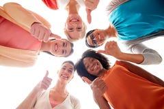 Groupe international de femmes montrant des pouces  Images libres de droits