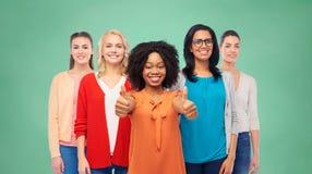 Groupe international de femmes montrant des pouces  Photos stock
