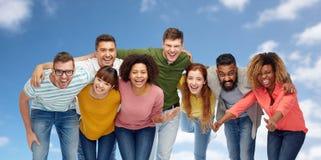 Groupe international de personnes de sourire heureuses Image libre de droits
