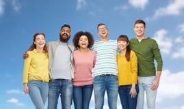Groupe international de personnes heureuses au-dessus de ciel bleu Images libres de droits