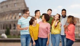 Groupe international de personnes heureuses au-dessus de Colisé Photo libre de droits