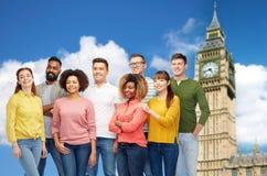 Groupe international de personnes heureuses au-dessus de grand Ben Image libre de droits