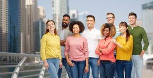 Groupe international de personnes heureuses au Dubaï Photos libres de droits