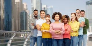 Groupe international de personnes heureuses au Dubaï Photos stock