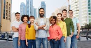 Groupe international de personnes heureuses dans la ville Image libre de droits