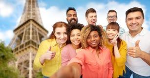 Groupe international de personnes heureuses prenant le selfie Images libres de droits