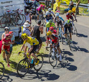 Groupe jaune de débardeur sur Col du Grand Colombier - Tour de France 2 Photo stock