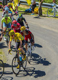 Groupe jaune de débardeur sur Col du Grand Colombier - Tour de France 2 Photographie stock