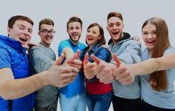 Groupe joyeux heureux d'amis encourageant d'isolement sur le fond blanc image libre de droits