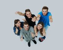 Groupe joyeux heureux d'amis encourageant d'isolement sur le fond blanc Photo stock