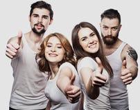 Groupe joyeux heureux d'amis encourageant d'isolement sur le fond blanc Photos stock