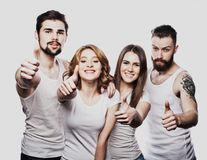 Groupe joyeux heureux d'amis encourageant d'isolement sur le fond blanc Photo libre de droits