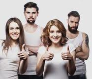 Groupe joyeux heureux d'amis encourageant d'isolement sur le fond blanc Photographie stock libre de droits