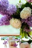 Groupe lilas en vase et guimauves images stock